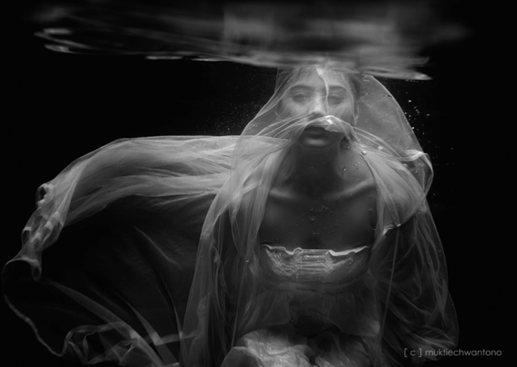 illdispose, photography, dark, obscure, underwater, black and white, ethereal